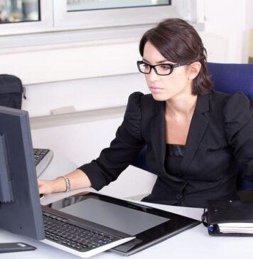 Secretaria trabajando